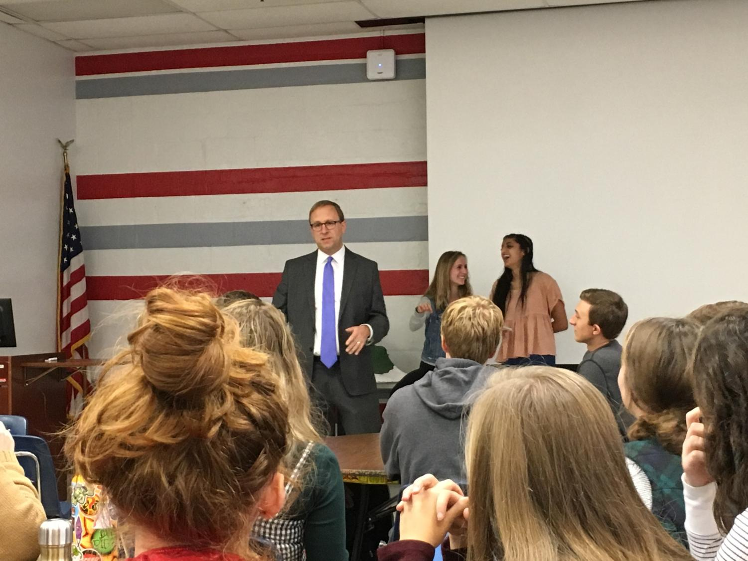 ABC News Chief White House Correspondent Jonathan Karl speaks to AP Government students on Dec. 5. Karl answered 25 questions from students. (Photo by Sam Gollob)