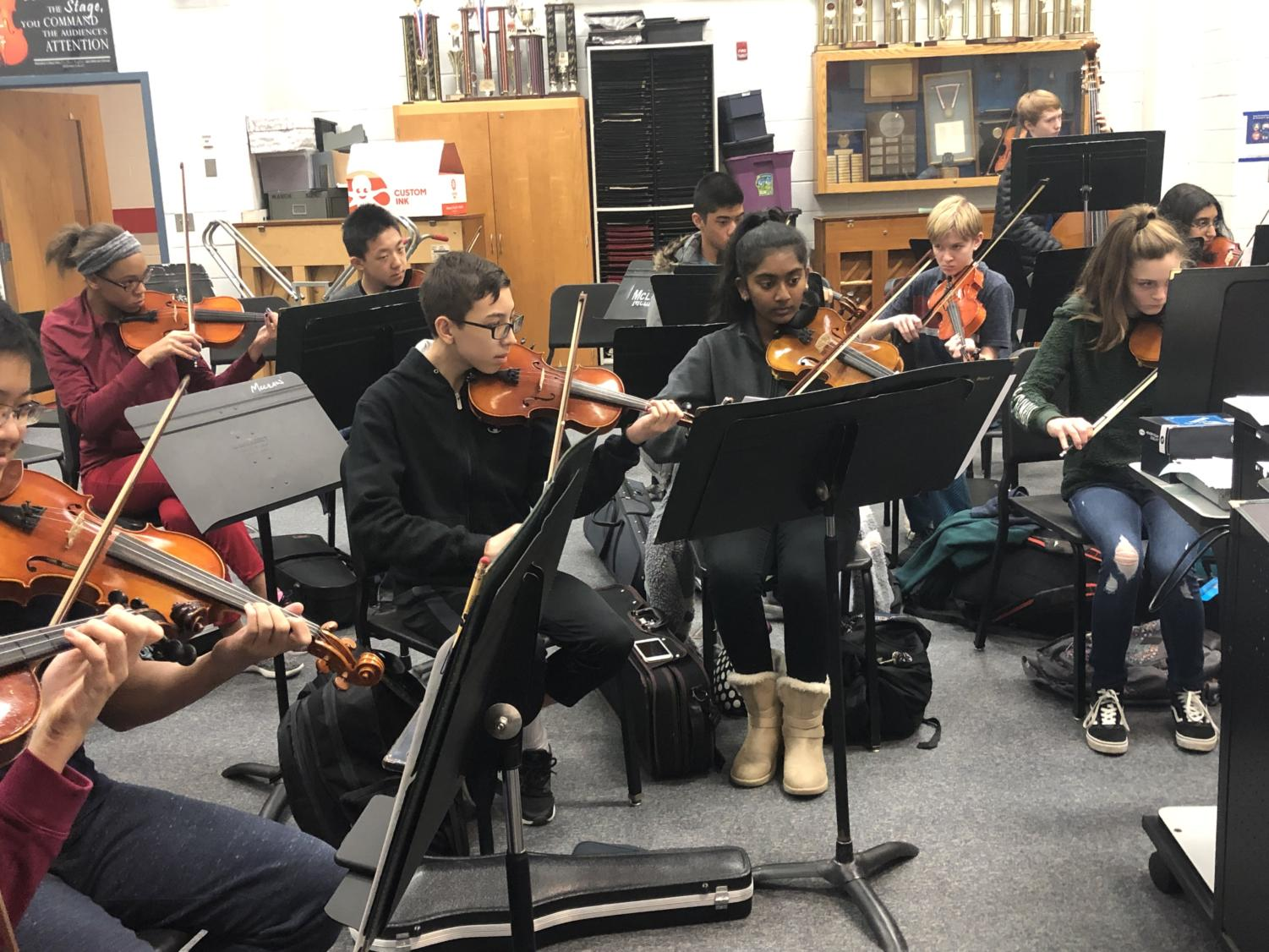 Students practice their pieces during their orchestra class. Photo by Dua Mobin.