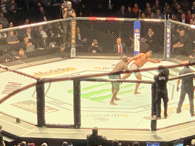 Overeem delivers a kick to the leg of fellow Heavyweight Rozenstruik. Rozenstruik eventually won the match thanks to a KO punch.